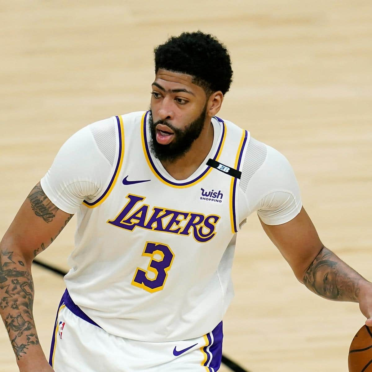 lakers-anthony-davis-will-play-in-game-4-vs-suns-no-matter-knee-injury.jpg