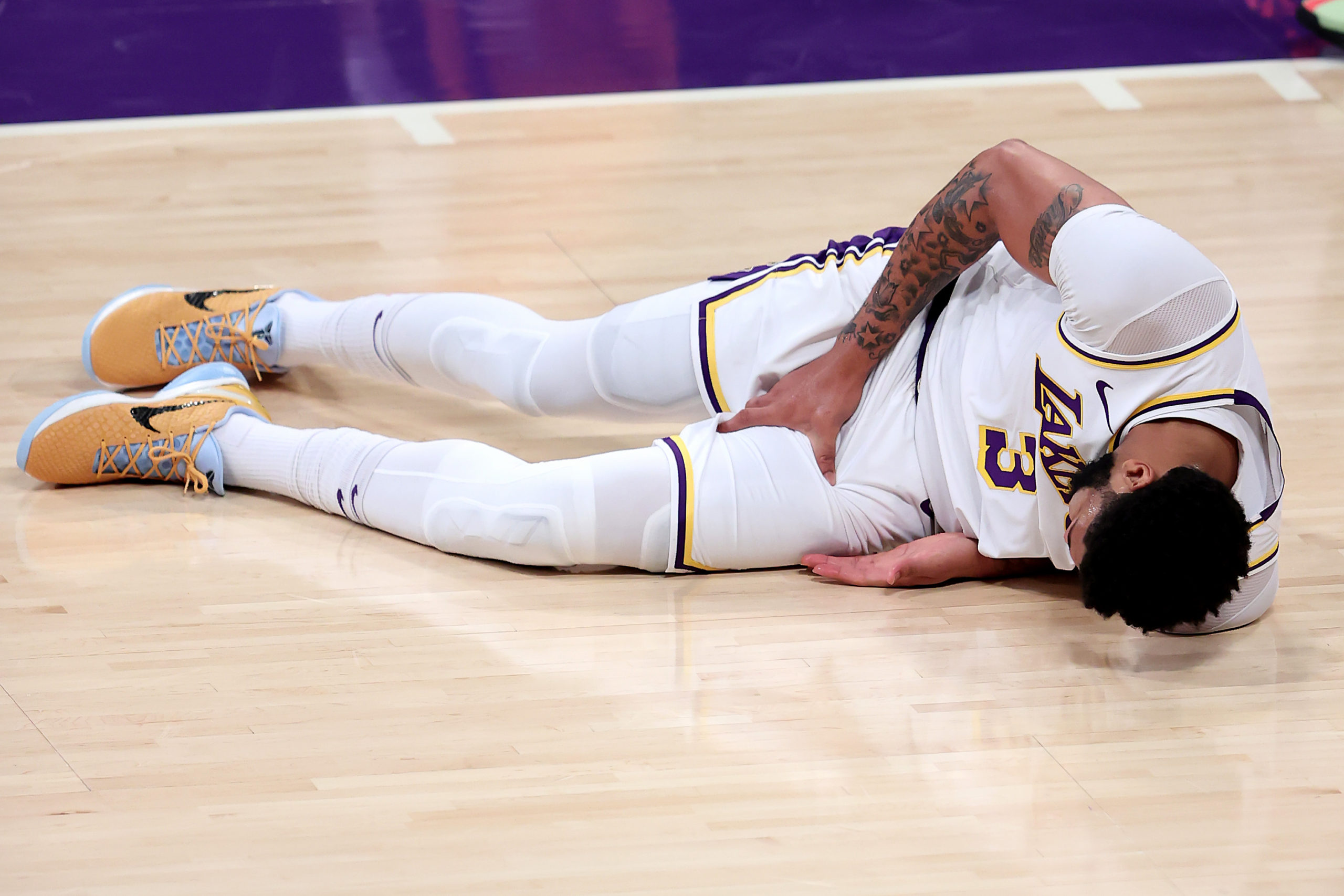 lakers-anthony-davis-exits-game-6-vs-suns-early-after-tense-groin-rupture.jpg